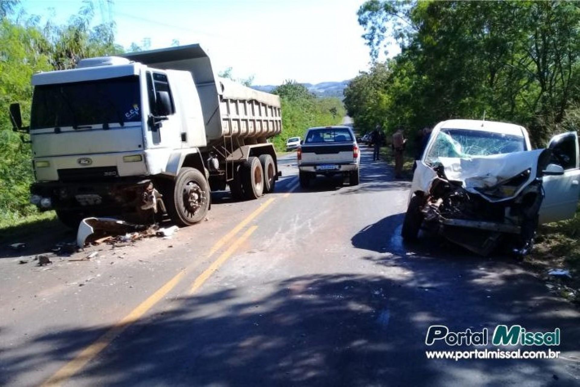 Acidente envolve três carros na PR 495 entre Missal e Medianeira