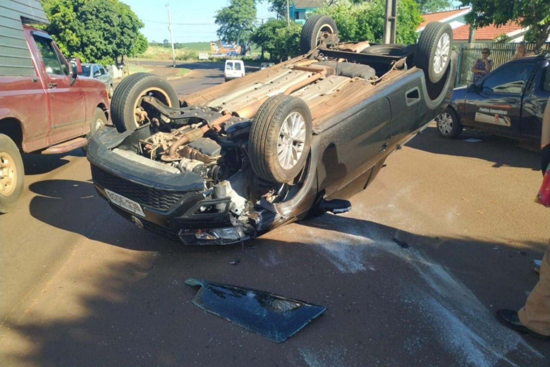 Após colisão veículo tomba em São Miguel do Iguaçu