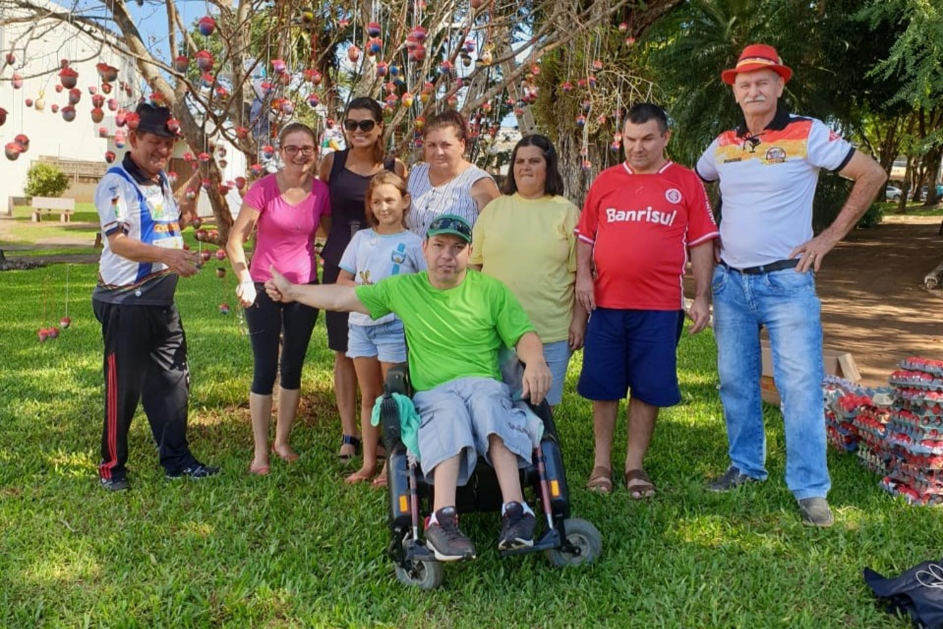 Associação dos Deficientes Físicos de Missal monta Árvore de Páscoa na Praça Central