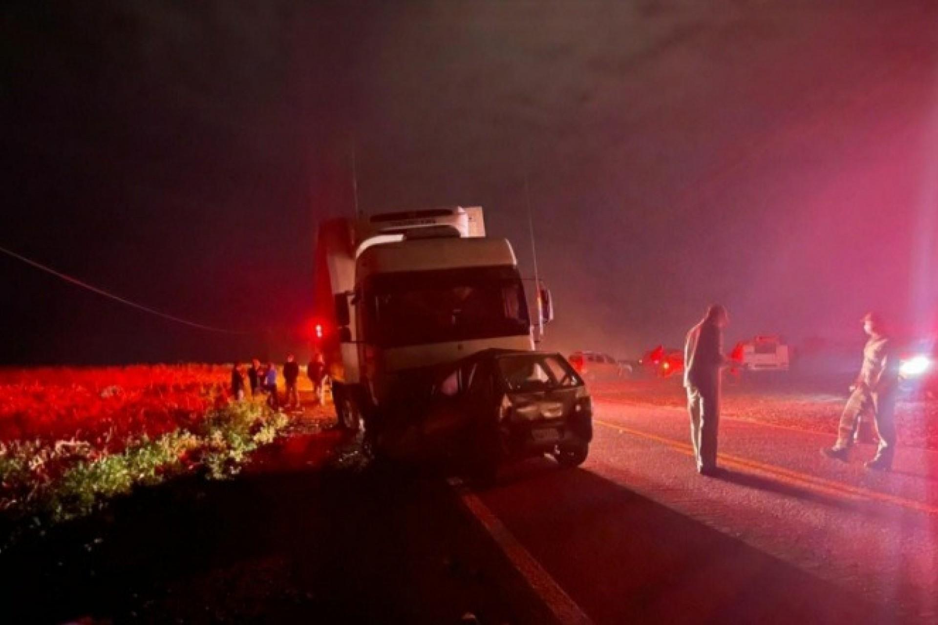 Atualizada: Três pessoas morrem em grave acidente na PR 495