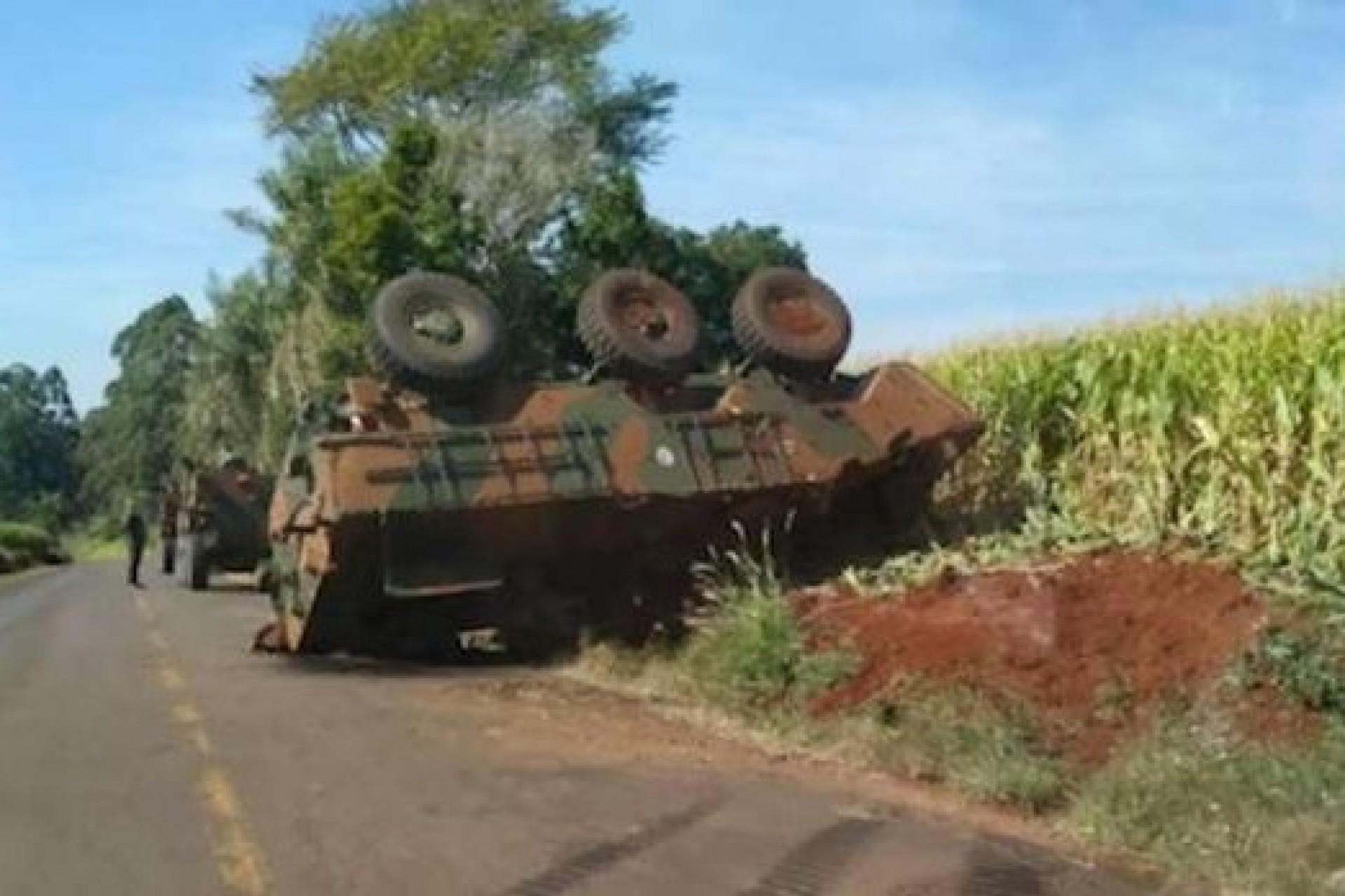 Blindado do Exército tomba em estrada rural