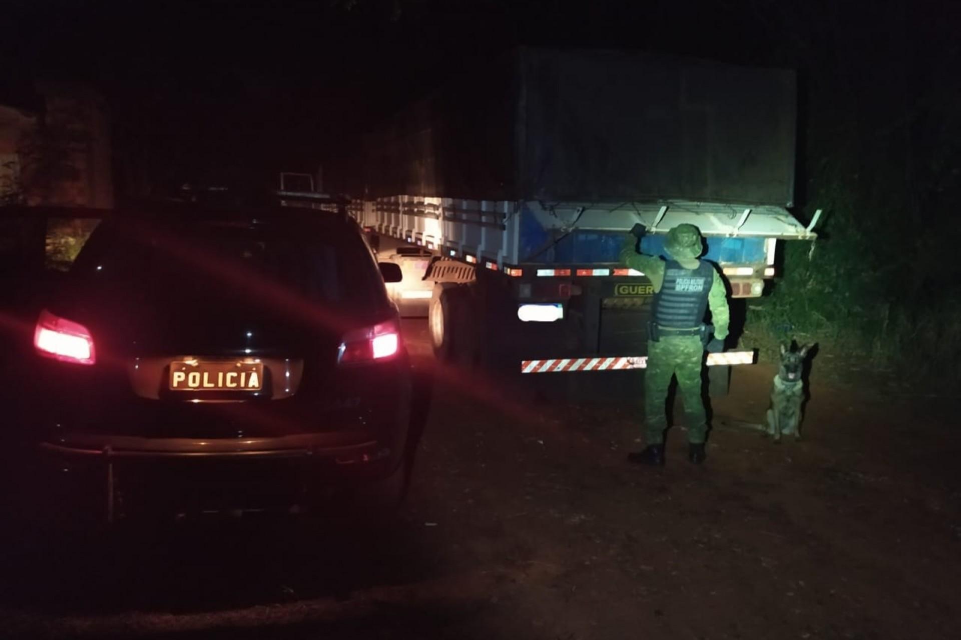 BPFRON apreende carreta carregada com cigarros contrabandeados em Santa Helena
