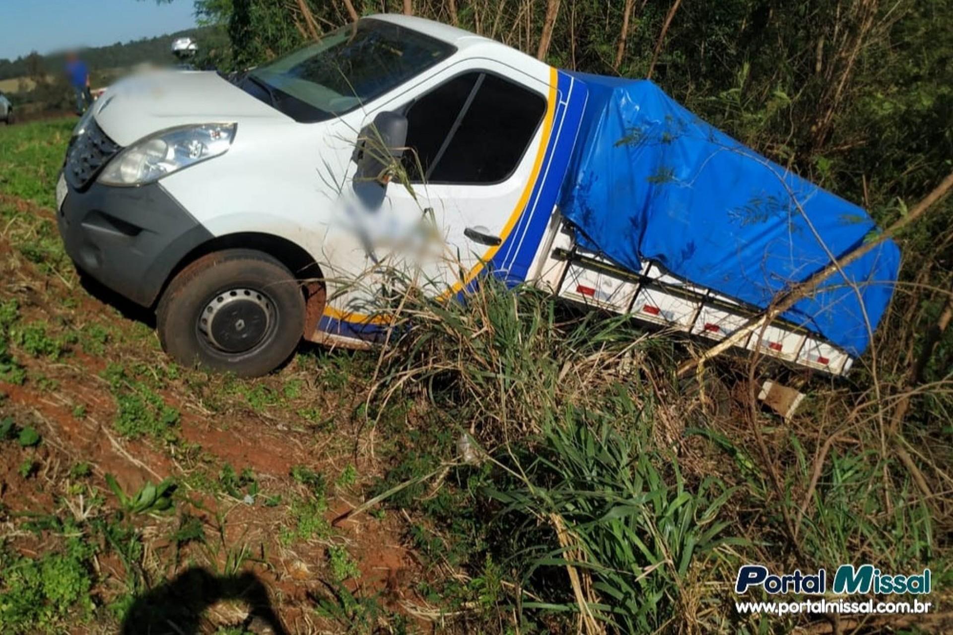 Caminhão cai em barranco após batida na BR-277 em São Miguel