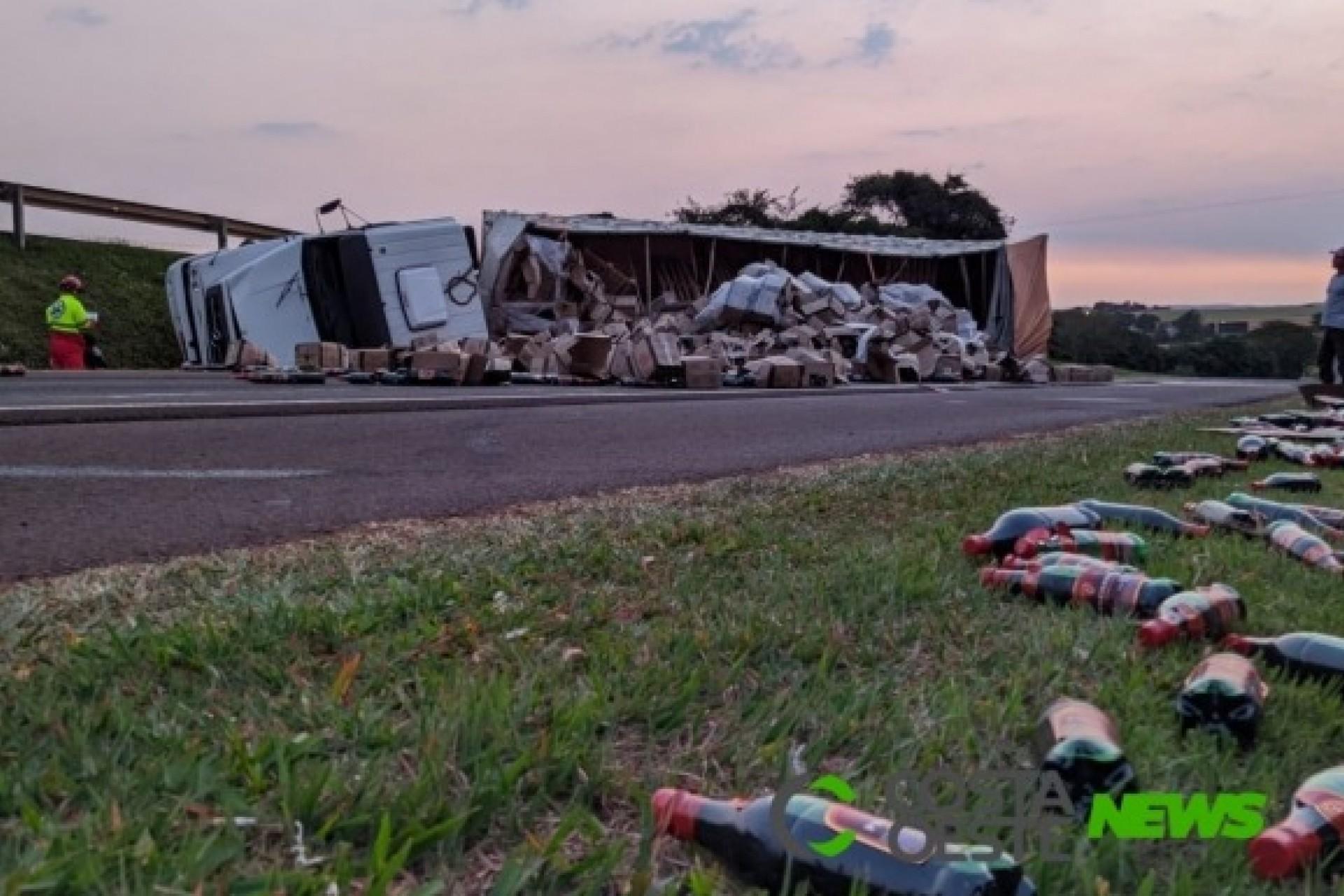 Caminhão carregado de vinho tomba na BR-277, na divisa entre São Miguel e Medianeira