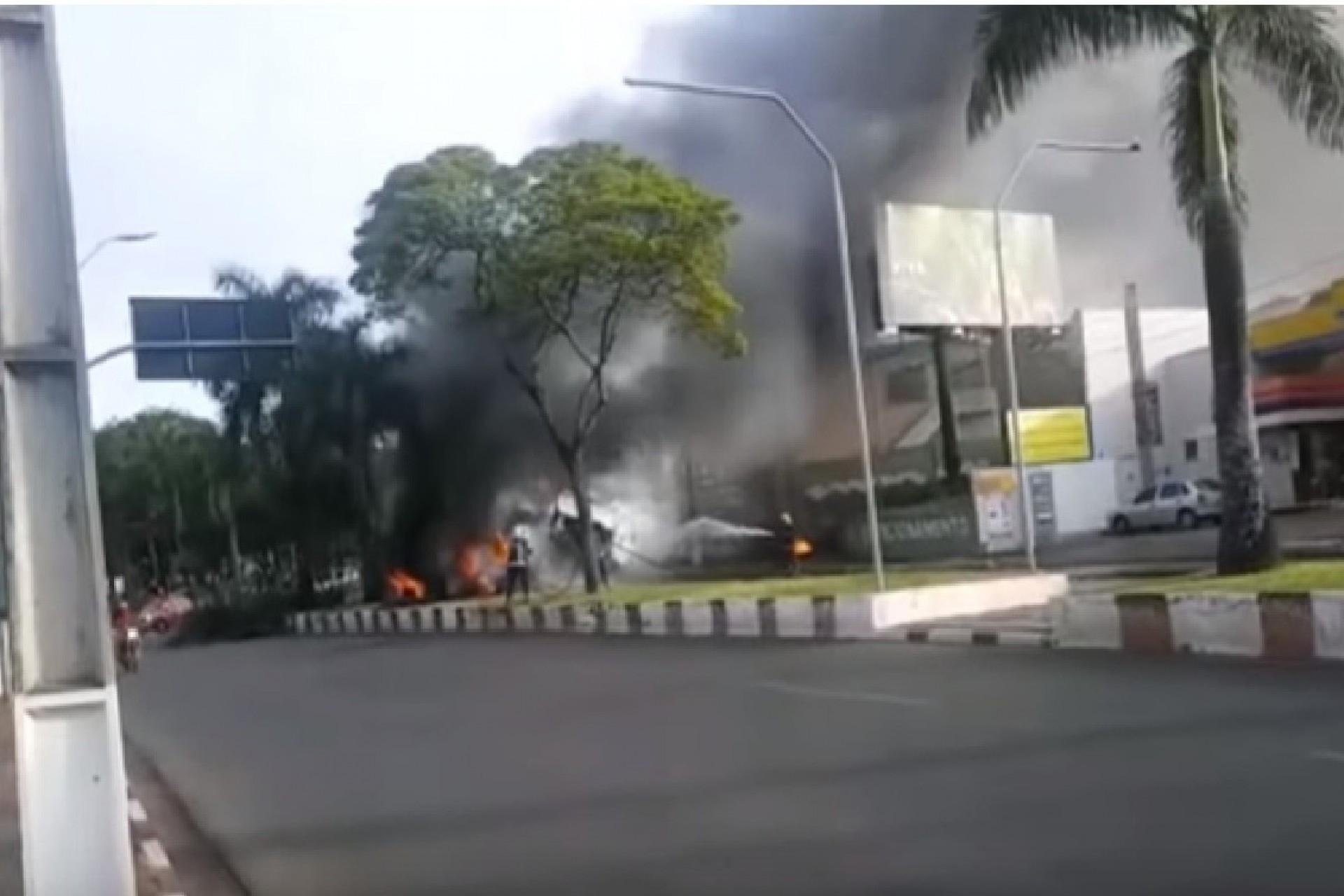 Caminhão passa por cima de veículos e explode em grave acidente em Foz do Iguaçu