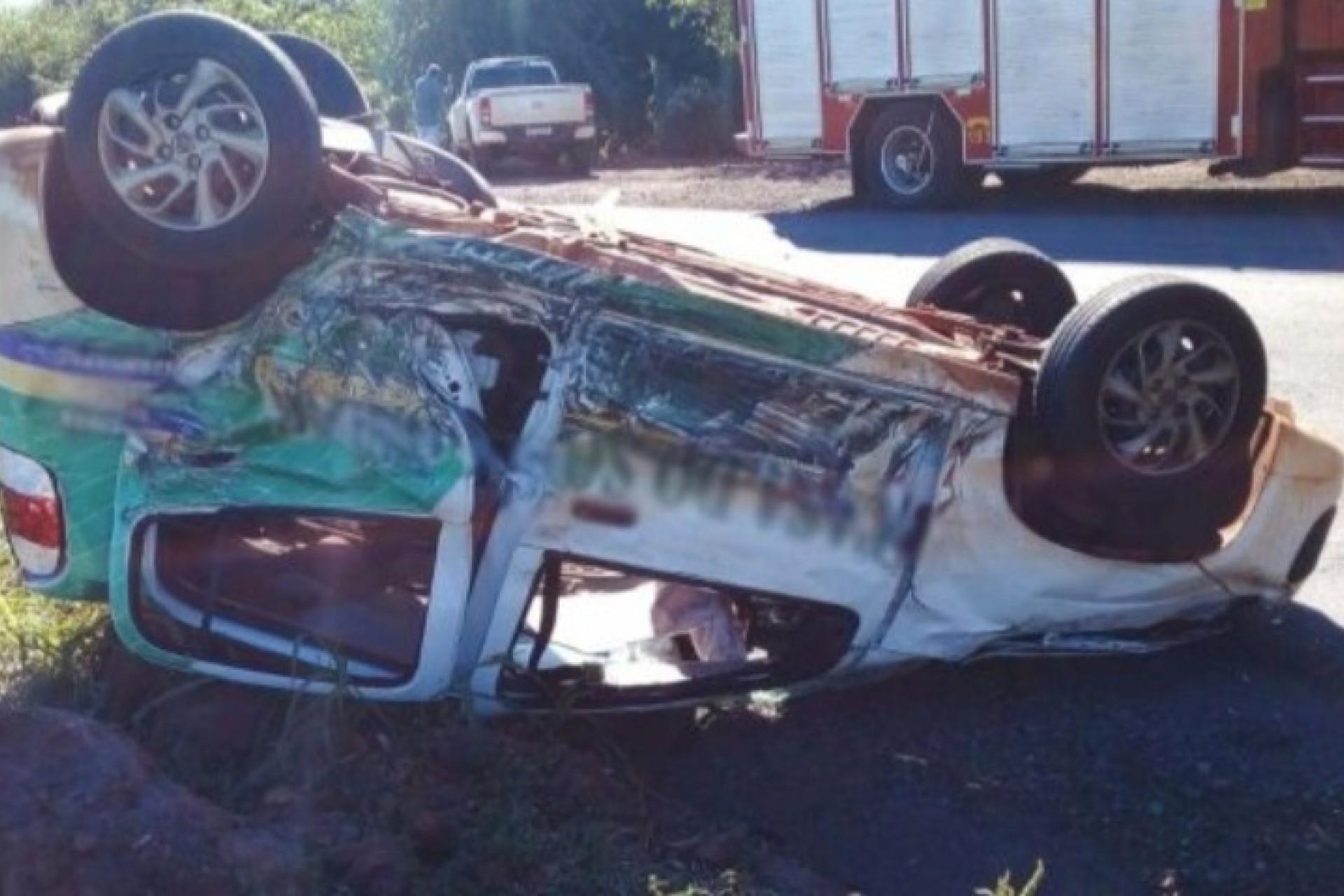 Camionete tem roda arrancada e Mobi para de rodas para o ar em acidente na PR 495