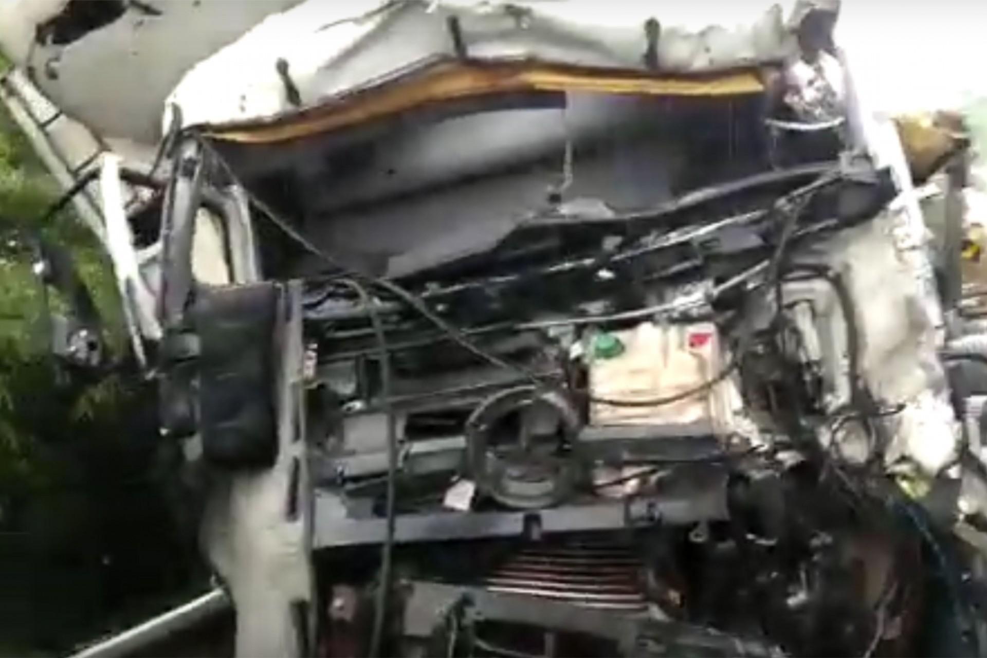 Carreta de Medianeira se envolve em acidente que deixou três pessoas feridas