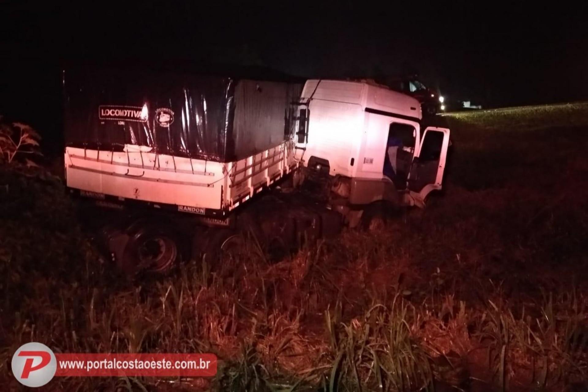 Carreta sai da pista em acidente na Serra do Mico