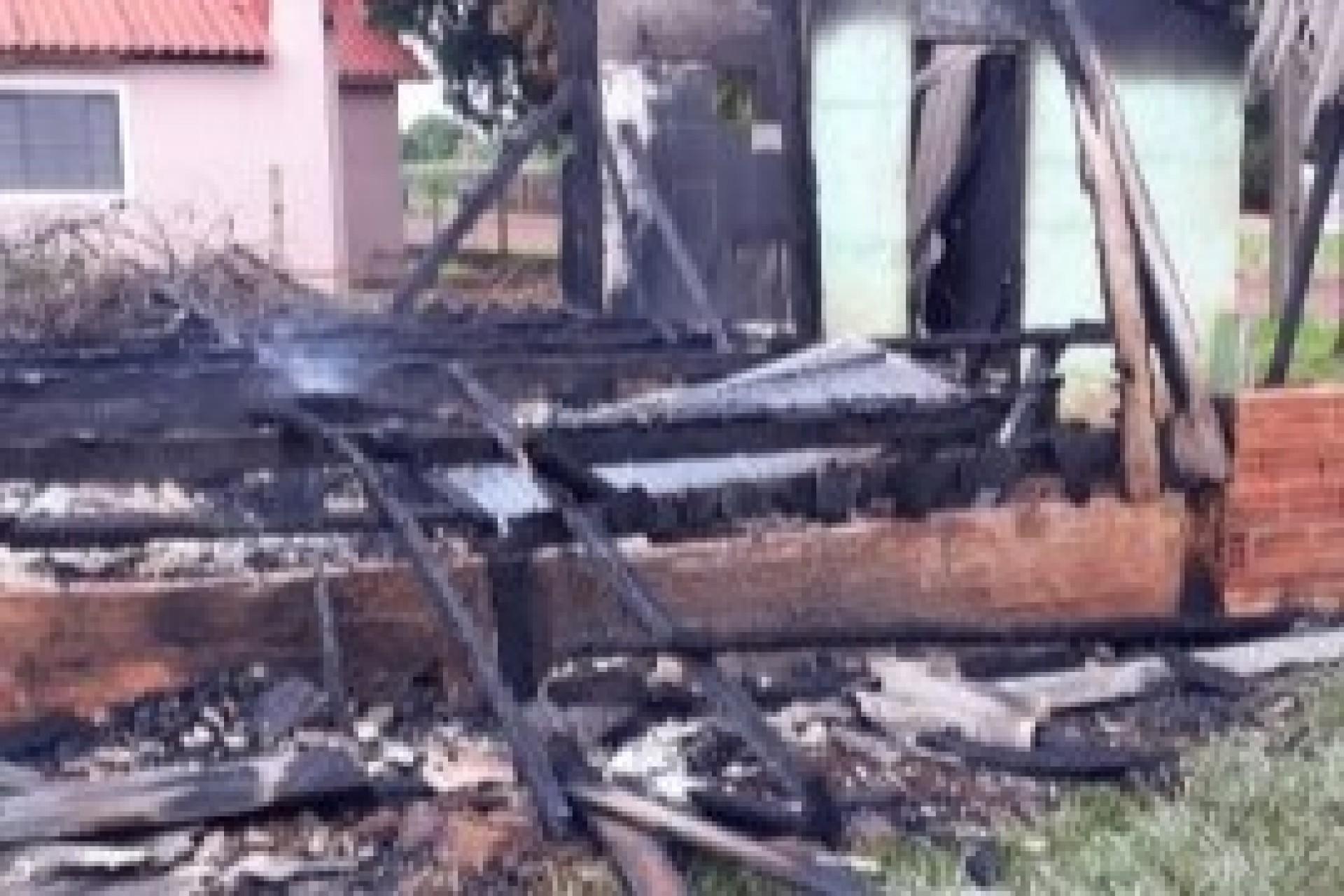 Casa fica destruída em incêndio no distrito de Santa Rosa do Ocoí em São Miguel