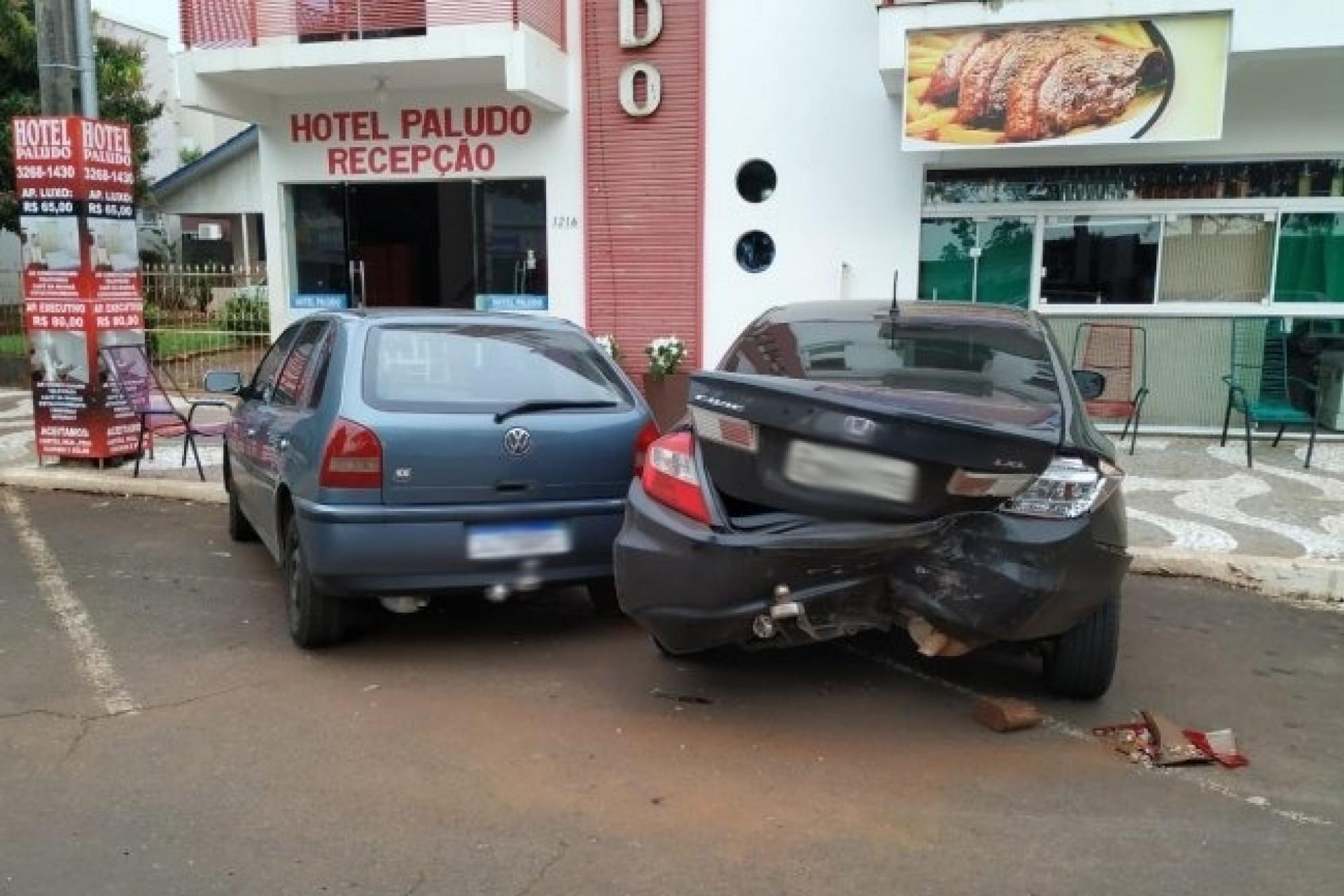 Condutor perde controle de carro e colide em veículos estacionados na Avenida Brasil