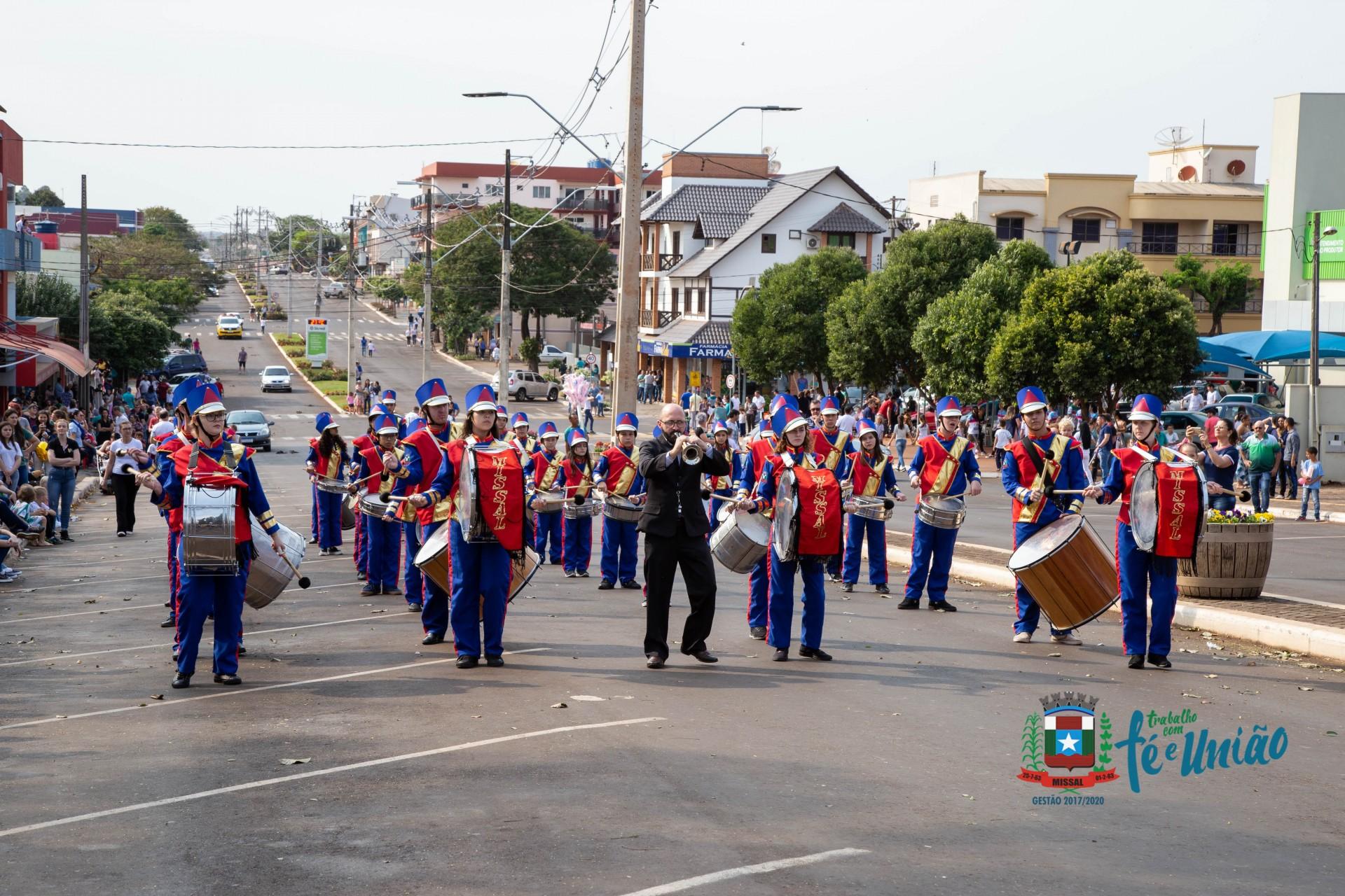 Desfile Cívico em Missal reflete sobre o desafio da família e da escola pela Educação