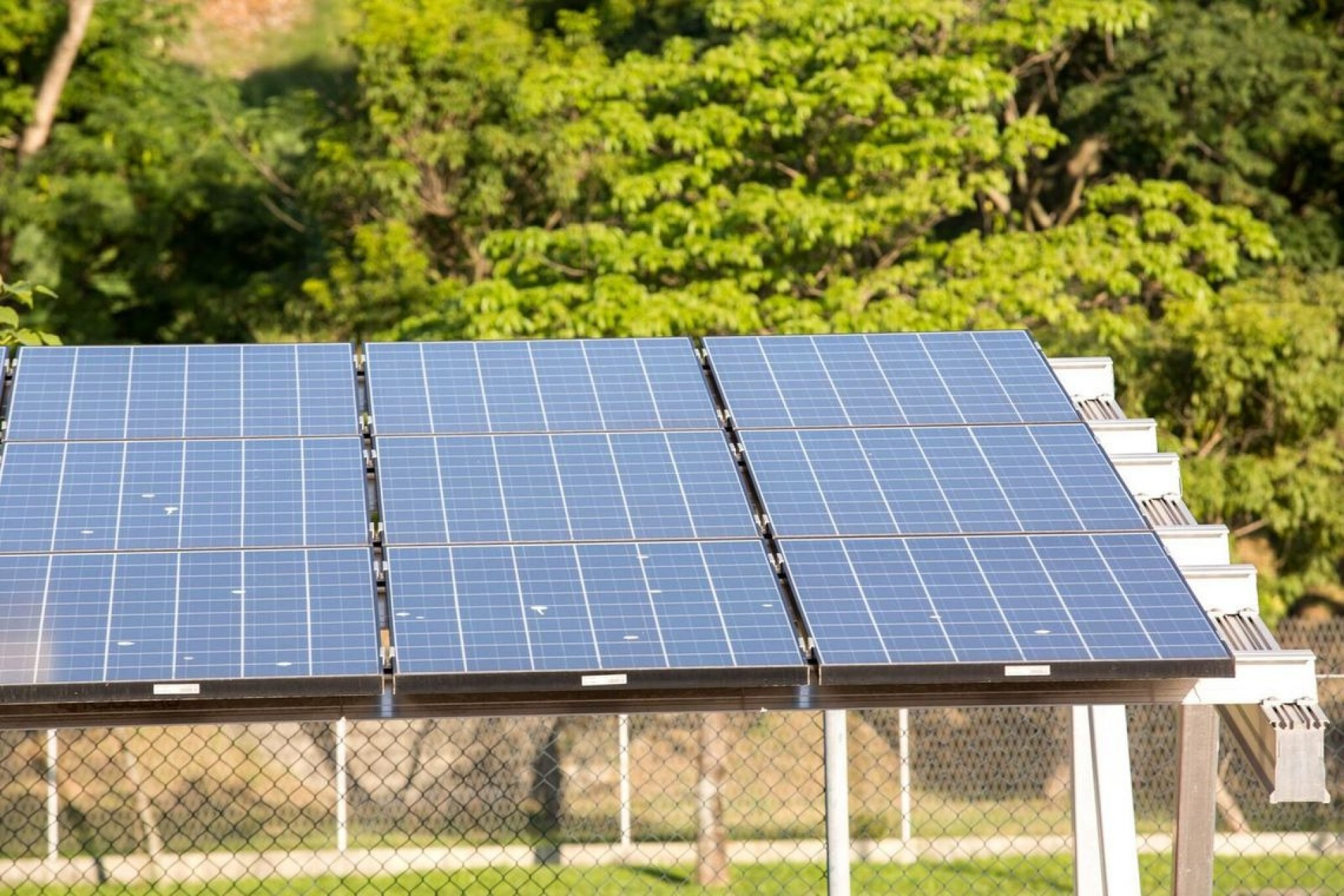 Em projeto pioneiro, Paraná vai instalar painéis solares em 246 prédios públicos