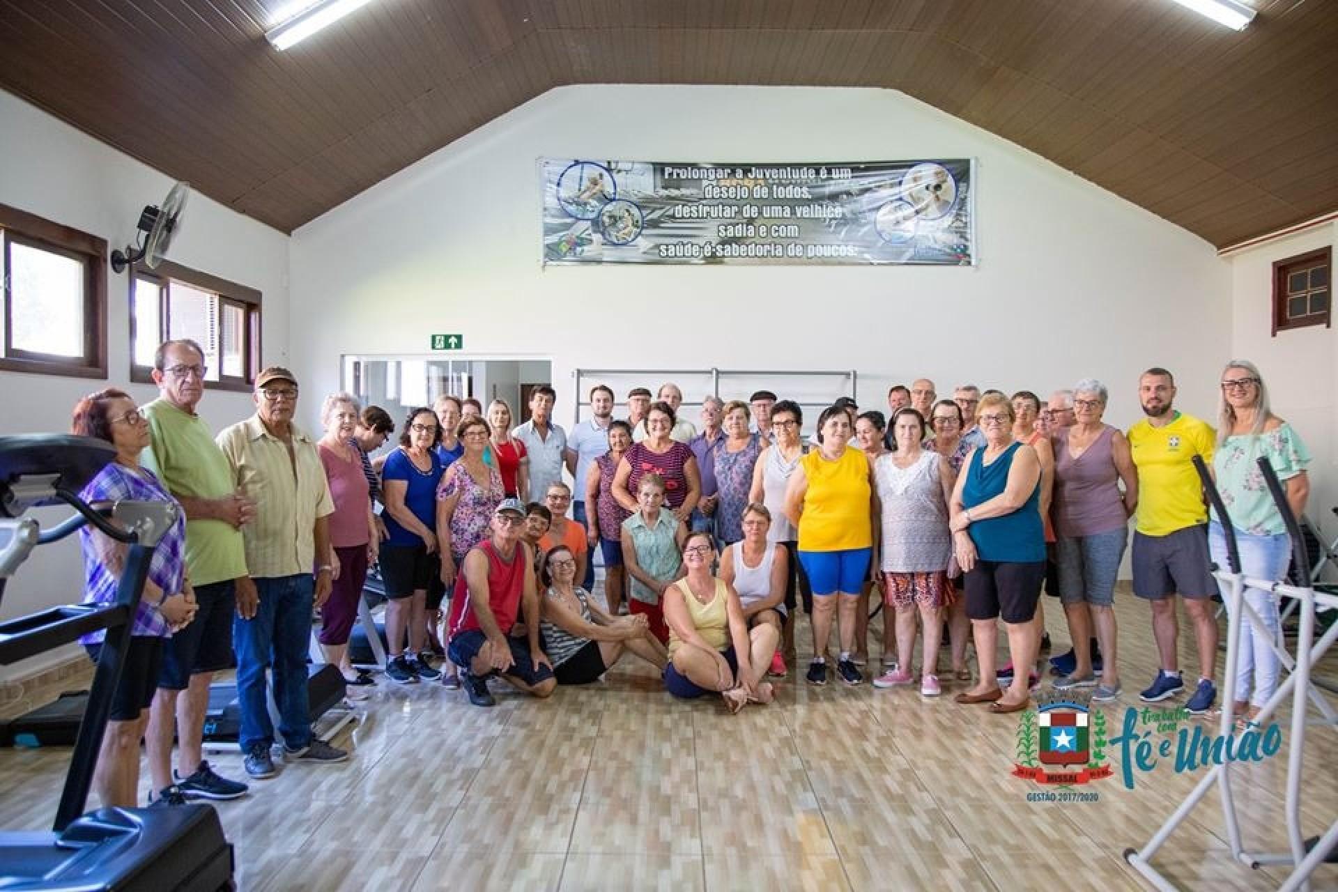 Grupo de Idosos Sempre Alegre do Centro de Missal adquire duas esteiras novas para academia