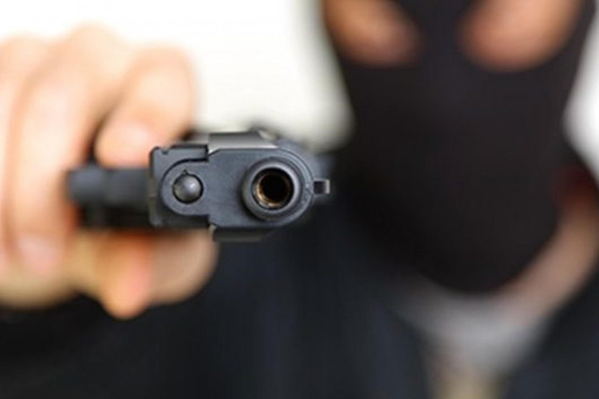 Indivíduos armados praticam roubo em bar no centro de Medianeira