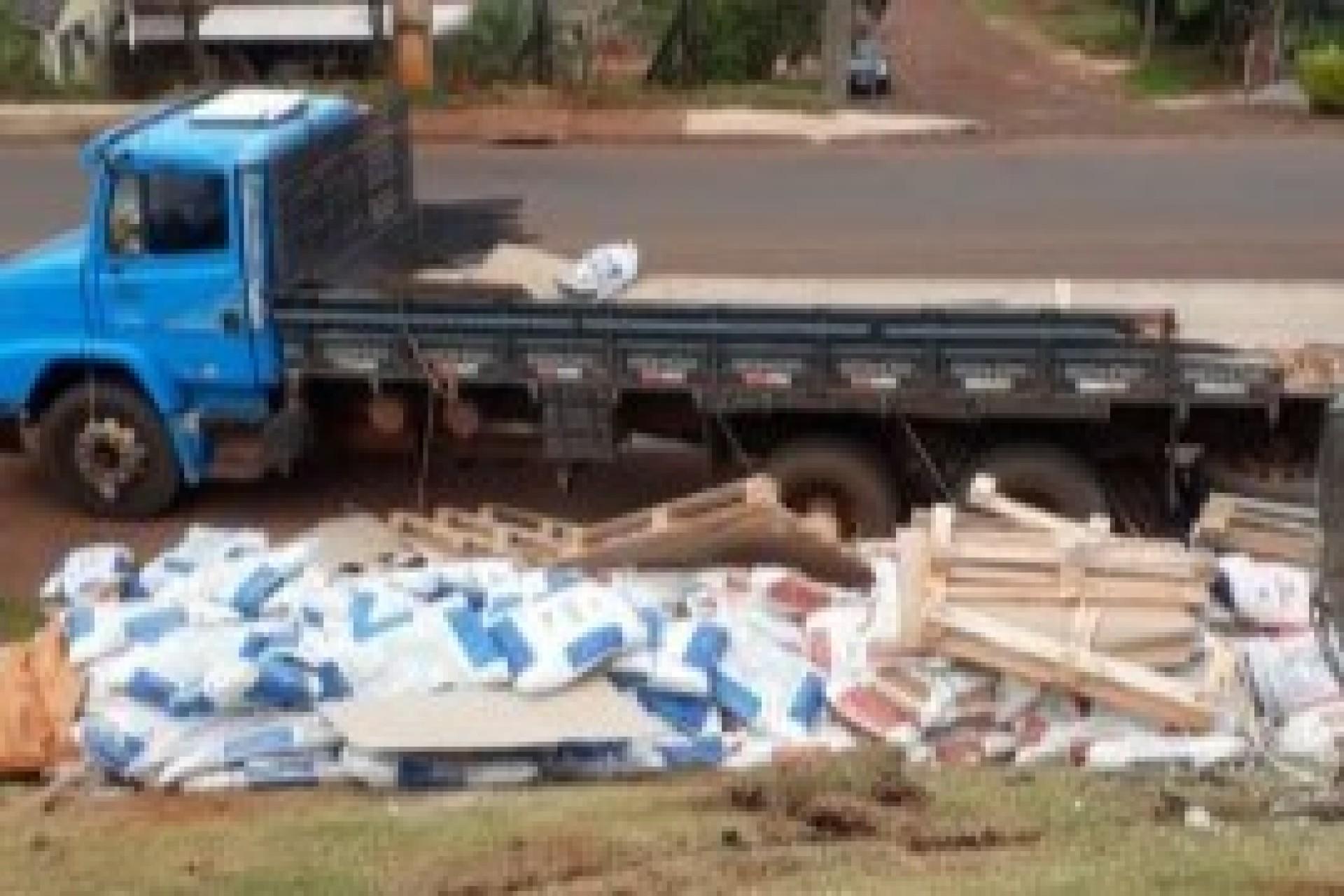 Medianeira: Caminhão desgovernado derruba poste e desce barranco no Bairro Condá