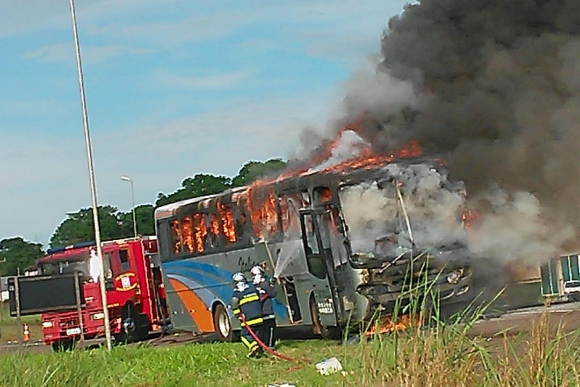 Ônibus fica parcialmente destruído em incêndio na BR 277 em Medianeira