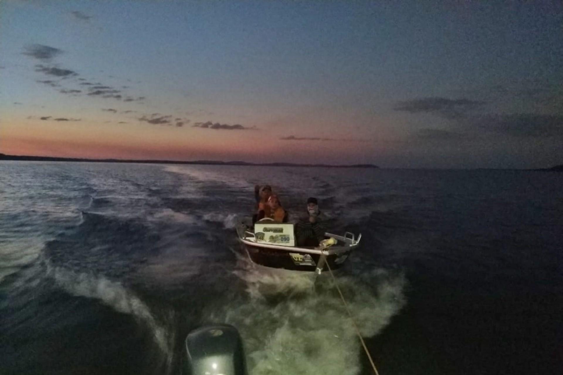 Polícia Ambiental resgata pescadores no Lago de Itaipu em Santa Helena
