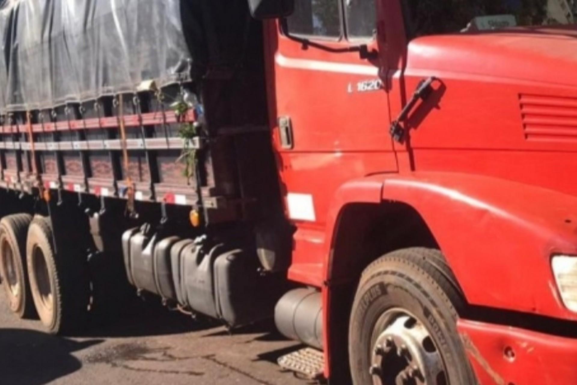 Policiais apreendem embarcação e caminhão com cigarros na região de Santa Helena e Missal
