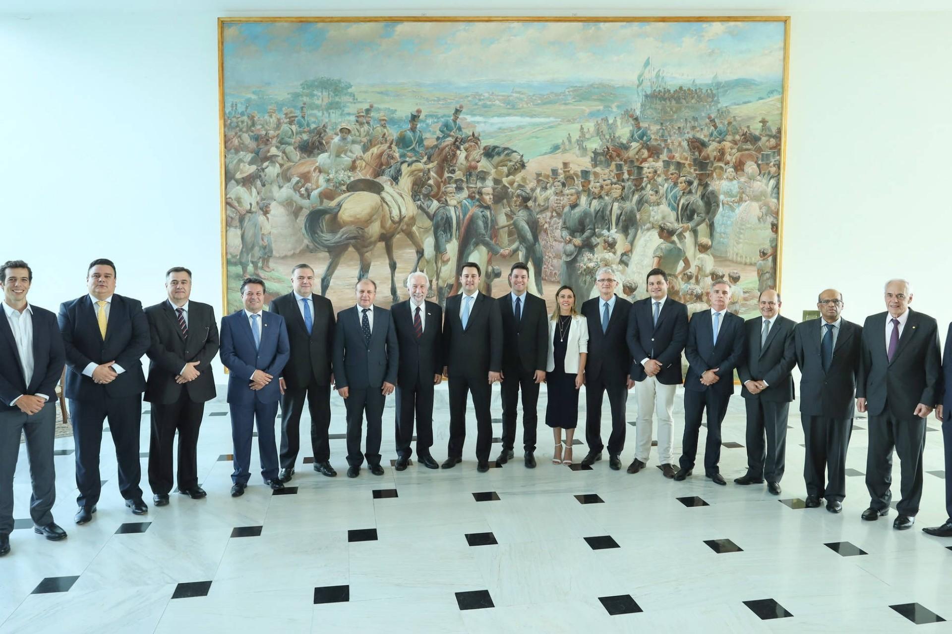 Ratinho Jr formaliza reforma administrativa, com corte de secretarias