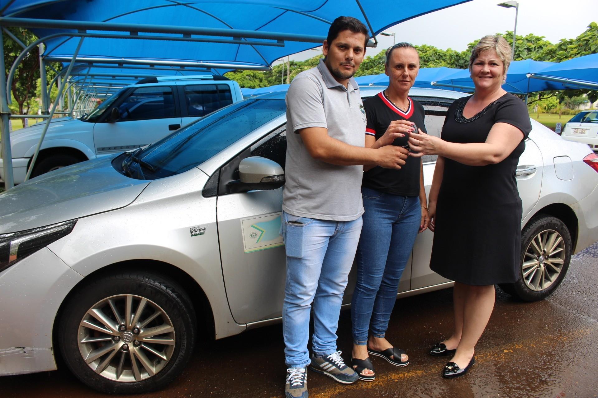 Secretaria de Saúde recebe carro para transporte de pacientes