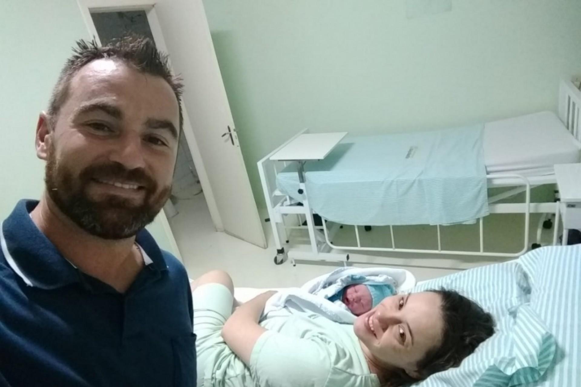 Sem tempo de chegar ao hospital, Bombeiro  faz parto do próprio filho em casa em Itaipulândia