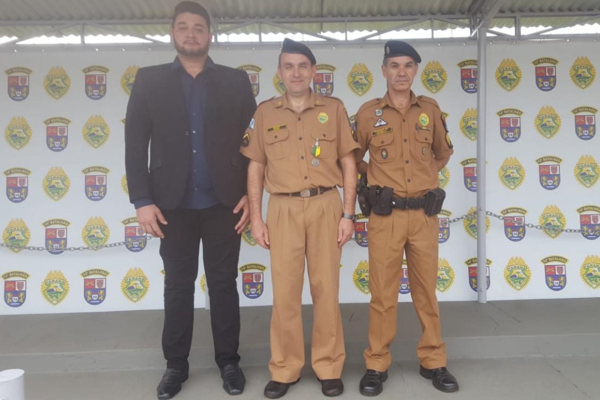 Soldado Caumo recebe medalha de prata em comemoração do aniversário da Policia Militar em Foz