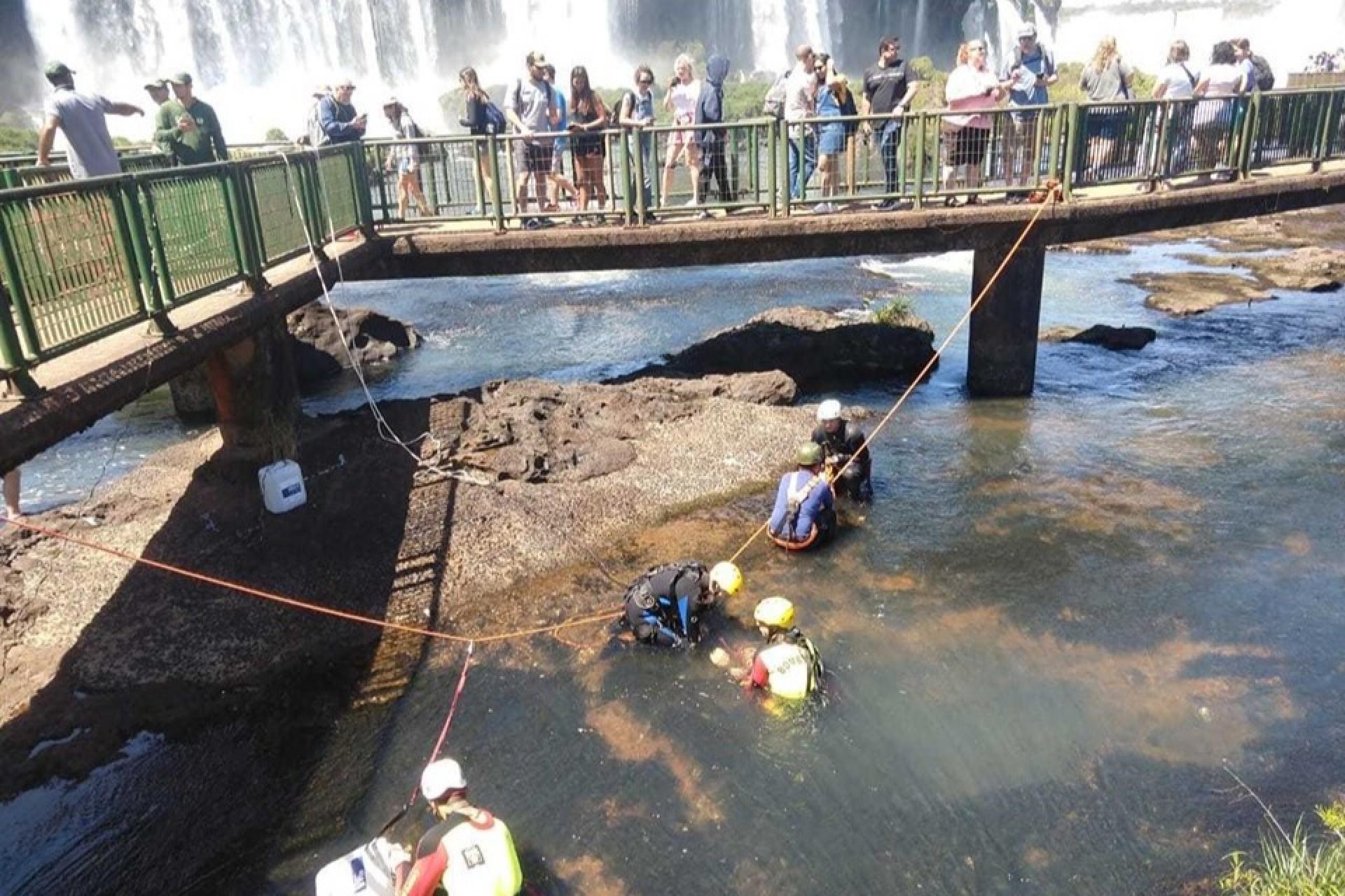 Turistas jogam R$ 14 mil em moedas nas Cataratas do Iguaçu e causam risco ambiental ao parque
