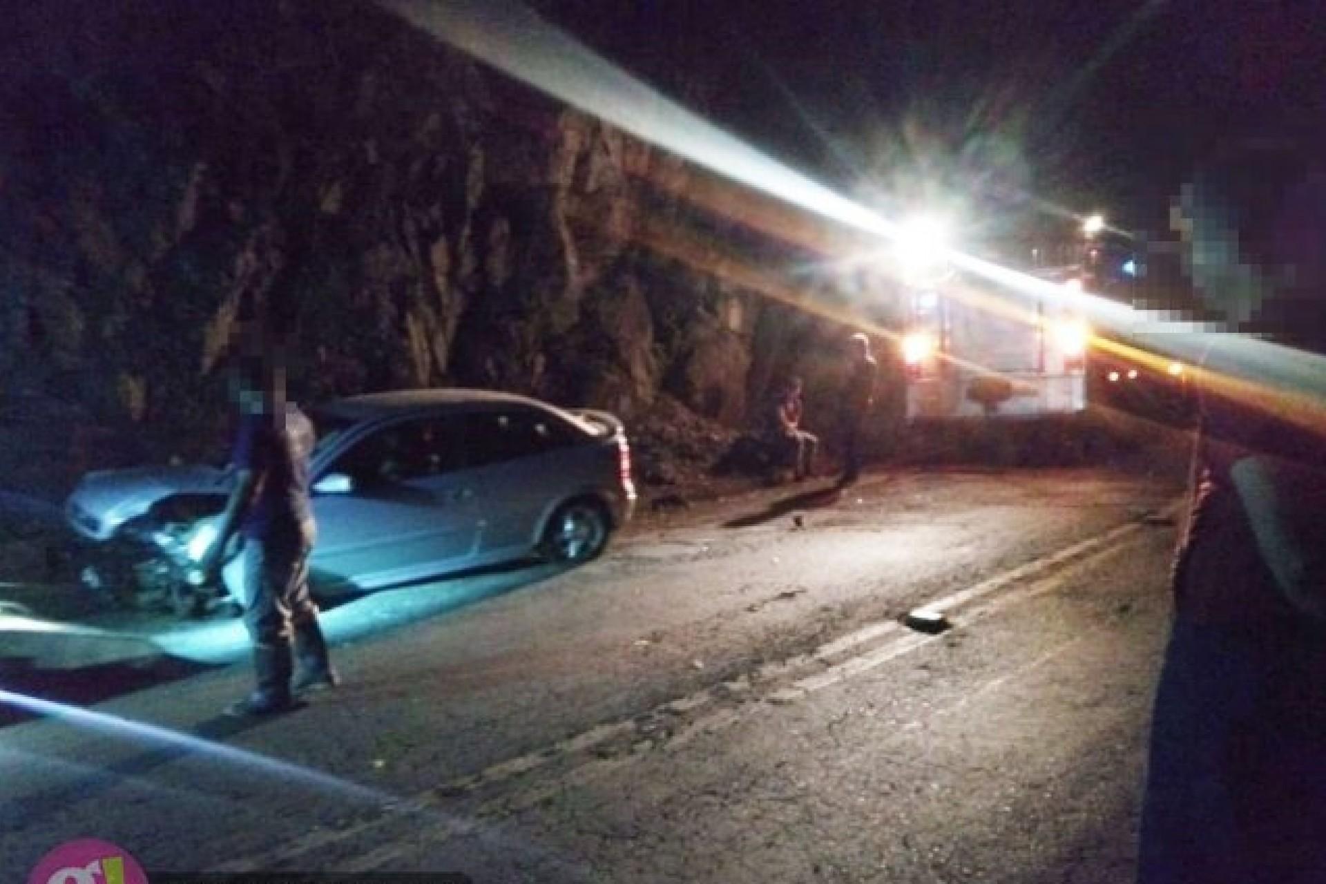 Veículo fica destruído após colidir em parede de pedras e capotar na PR 495 em Missal