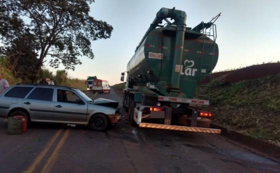 Acidente entre carro e caminhão deixa homem ferido na PR 497