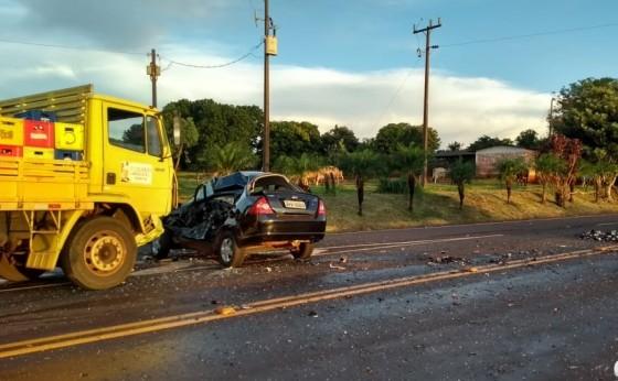 Acidente entre carro e caminhão deixa vítima gravemente ferida na PR 497 em Itaipulândia