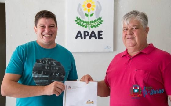 Apae de Missal recebe doação de valores arrecadados com cartões nas competições do município