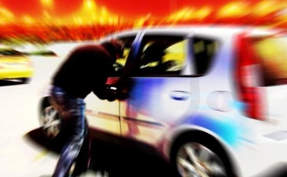 Bandidos armados roubam veículo na PR-497