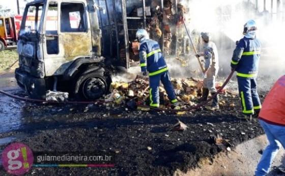 Caminhão de Medianeira fica destruído após pegar fogo na BR 277
