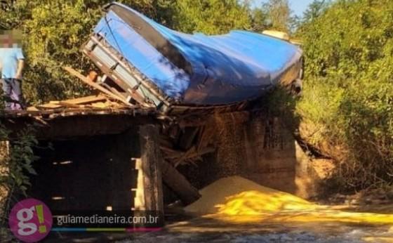 Caminhão quase cai em rio após ponte ceder no interior do município de Medianeira
