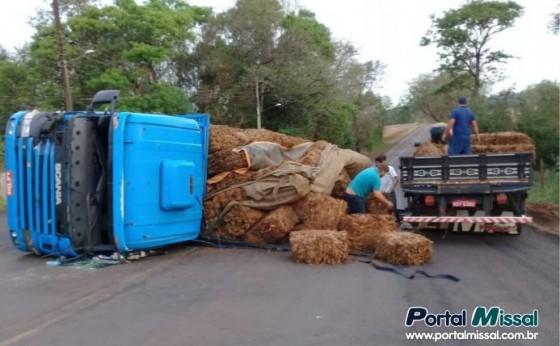 Caminhão tomba ao sair da rodovia Portão Ocoi e entrar na PR 497