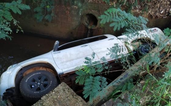 Caminhonete cai dentro de rio em São Miguel do Iguaçu