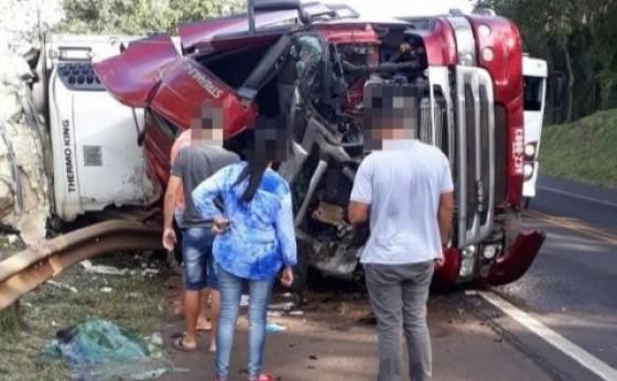 Carreta carregada de carne tomba na rodovia BR 277 entre Matelândia e Céu Azul