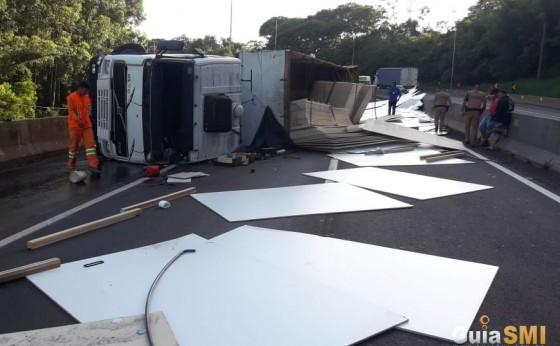 Carreta tomba e interdita pista da rodovia BR 277 em Matelândia