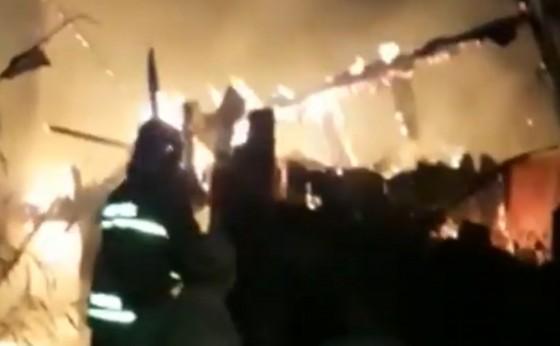 Casa de madeira fica destruída em incêndio no Bairro Parque Independência em Medianeira