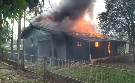 Casa pega fogo no centro de São Miguel do Iguaçu