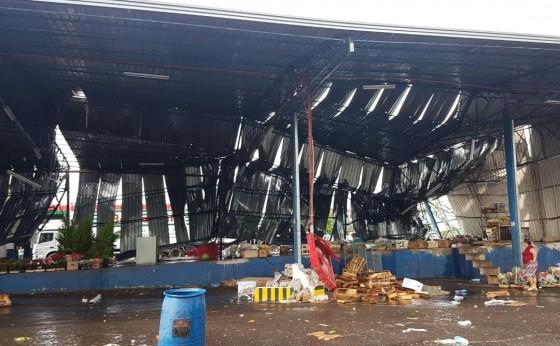Chuva e vento forte deixa bairros sem luz e causa estragos em Foz do Iguaçu