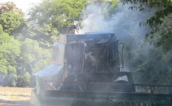 Colheitadeira é parcialmente destruída pelo fogo em Santa Helena