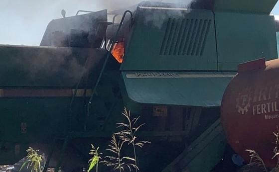 Colheitadeira fica parcialmente destruída em incêndio no interior do município de Missal