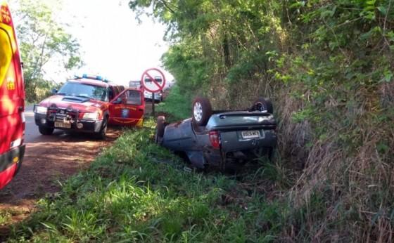 Condutor de veículo fica ferido após capotamento na PR 495
