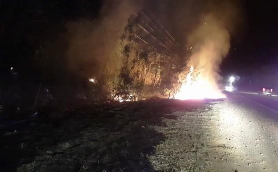Defesa Civil de Missal e Corpo de Bombeiros controlam incêndio à margem da PR 495