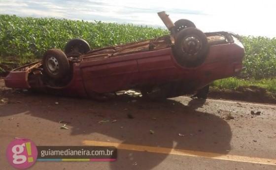 Duas pessoas foram socorridas após veículo capotar na rodovia PR 495