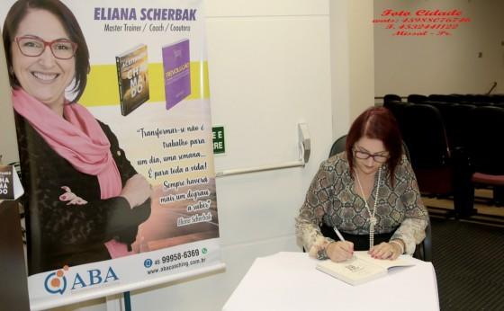 Eliana Scherbak faz lançamento de livros em Missal