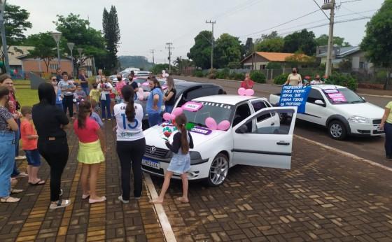 Escola Municipal Dona Leopoldina de Itaipulândia, faz carreata para homenagear os professores