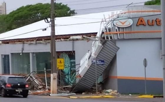 Fortes ventos derrubam estrutura de empresa em Marechal Rondon