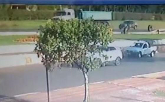 Impressionante: Pneus se soltam de caminhão em Céu Azul e por pouco não atingem pedestres e veículos